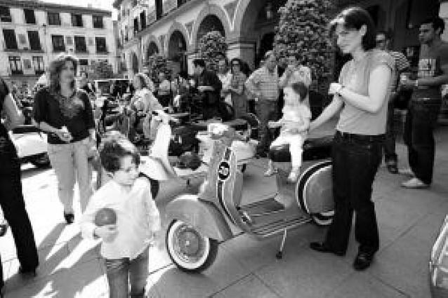 Más de 60 motos Scooters clásicas se exponen en la Plaza de los Fueros