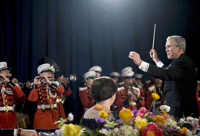 Bush bromea sobre los aspirantes a sustituirlo en una cena de corresponsales en la Casa Blanca