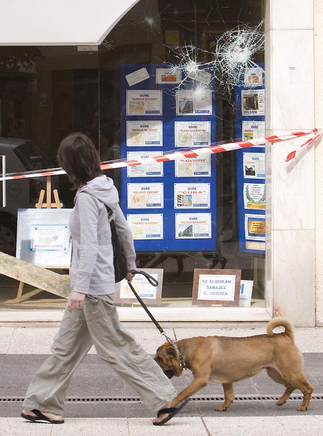 Desconocidos atacan en Vitoria cuatro inmobiliarias con piedras y tapas de alcantarilla