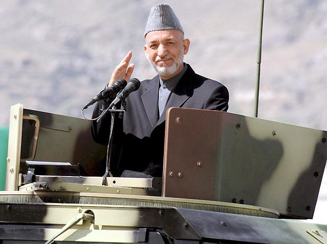 El presidente de Afganistán, Hamid Karzai, sale ileso de un ataque talibán durante un desfile militar