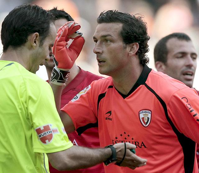 Un penalti injusto y la expulsión de Ricardo abren la victoria del Valencia a Osasuna (3-0)