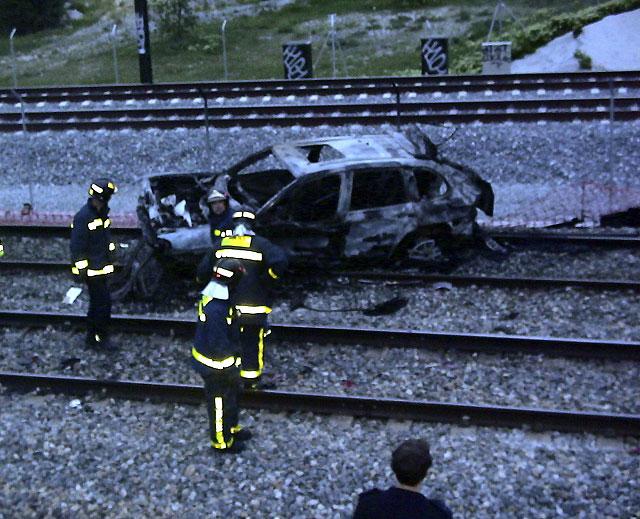 Muere una persona calcinada al caer un coche desde la M-40 a las vías del tren