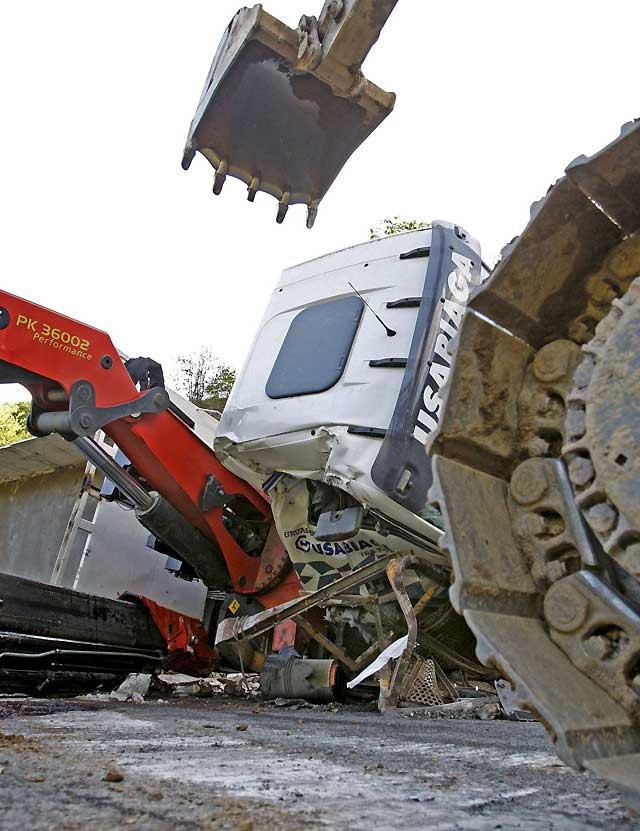 Heridos dos trabajadores en Igantzi al volcar un camión mientras trabajan en las obras de la N-121-A