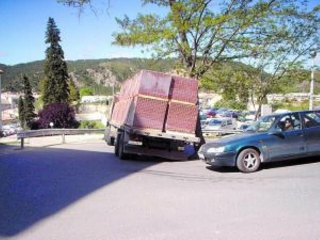 Un camión bloquea durante 4 horas una de las subidas al Puy