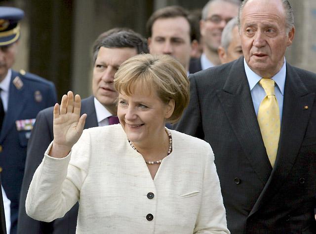 Sarkozy alaba la amistad franco-germana en la entrega del premio Carlomagno a Merkel