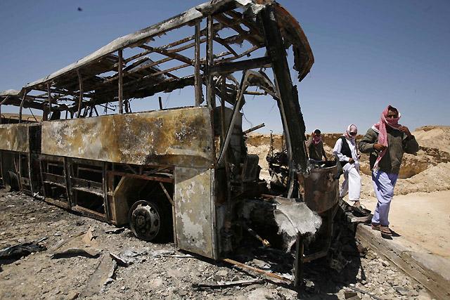 Mueren 9 personas y 28 resultan heridas al incendiarse un autobús de turistas en Egipto