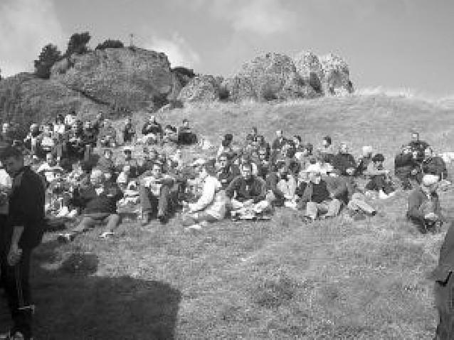 Los vecinos de Ayegui acudieron en romería a la cima de Montejurra