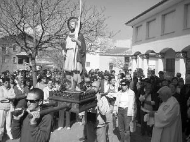 San Tirso, patrón de Oteiza, avanzó desde el pueblo hasta su ermita