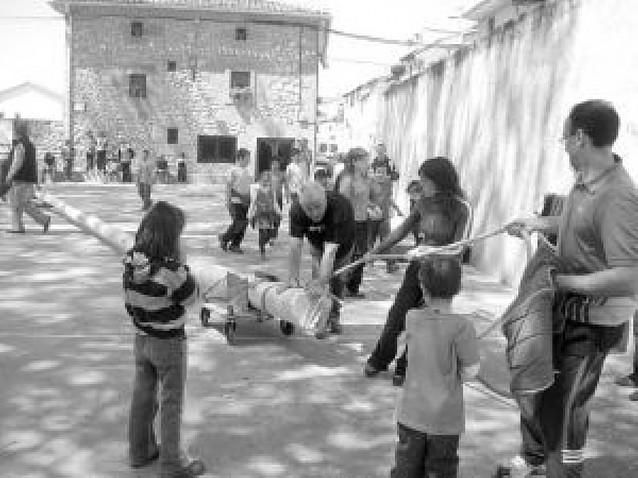 """Una treintena de vecinos de Murieta coloca en la plaza un """"mayo"""" de veintidós metros"""