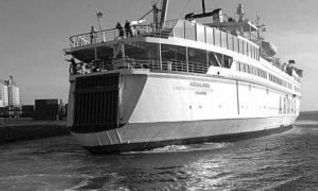 Un ferry canario se hunde tras evacuar a los pasajeros