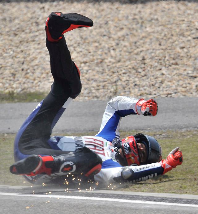 Lorenzo sufre una dura caída en los entrenamientos libres y es duda