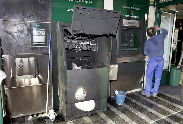 Un grupo de encapuchados queman contenedores y atacan cinco sucursales bancarias en Vizcaya