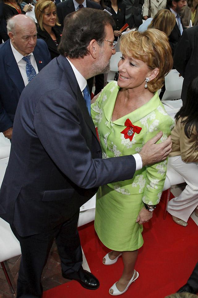 Encuentro afectuoso entre Rajoy y Aguirre durante los actos del 2 de mayo