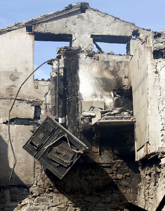 Un incendio calcina una vivienda de tres plantas en Lacabe (Arce) sin provocar heridos
