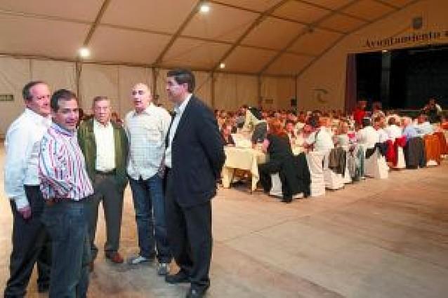 La cena popular reúne en la carpa municipal a más de 200 personas
