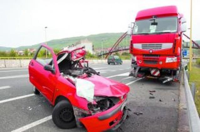 Dos fallecidos al chocar contra un camión parado en el arcén en Alsasua