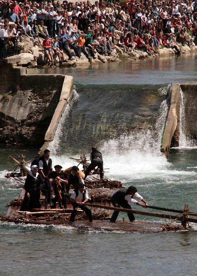 Las almadías vuelven a surcar el río Esca en la localidad roncalesa de Burgui