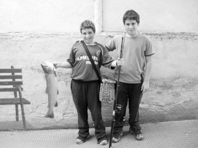 Un adolescente pesca una trucha de casi 4 kilos