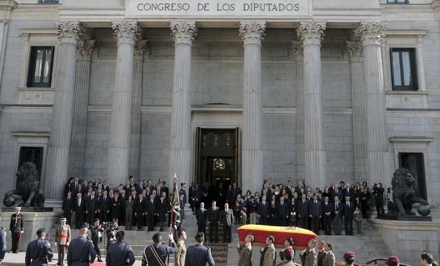 """La localidad de Ribadeo se vuelca en el último adiós a su """"vecino"""" más ilustre"""