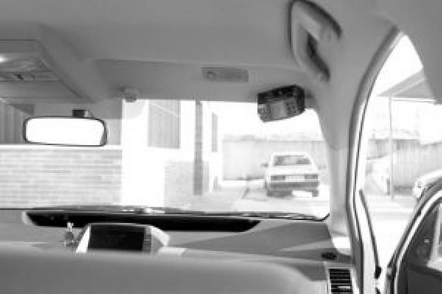 Un taxista coloca una cámara de seguridad que graba el interior del coche