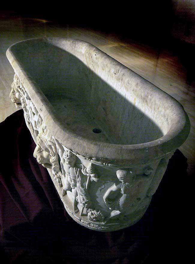 Recuperan en Barcelona una bañera de mármol del s.II robada en Roma en 2005