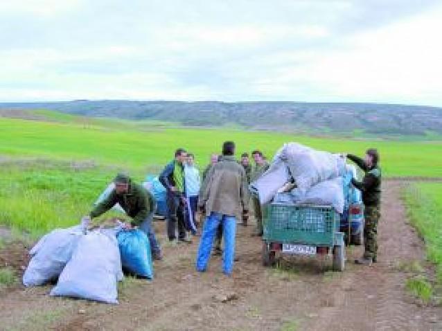 Los cazadores de Peralta colaboran recogiendo basura