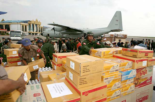 La ayuda a Birmania comienza a llegar con cuentagotas