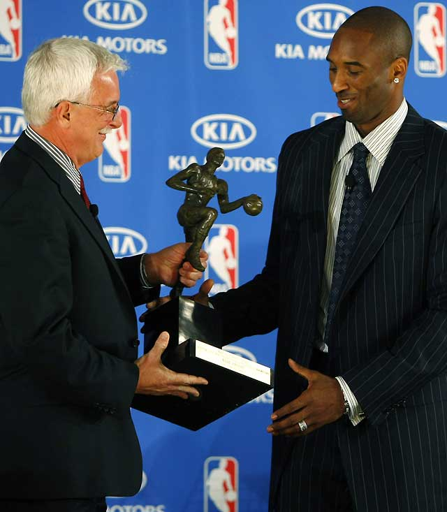 Kobe Bryant recibe el galardón de MVP