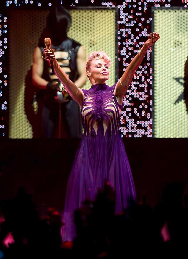 """Kylie Minogue """"canta"""" para Jean-Paul Caultier en su primer concierto europeo"""