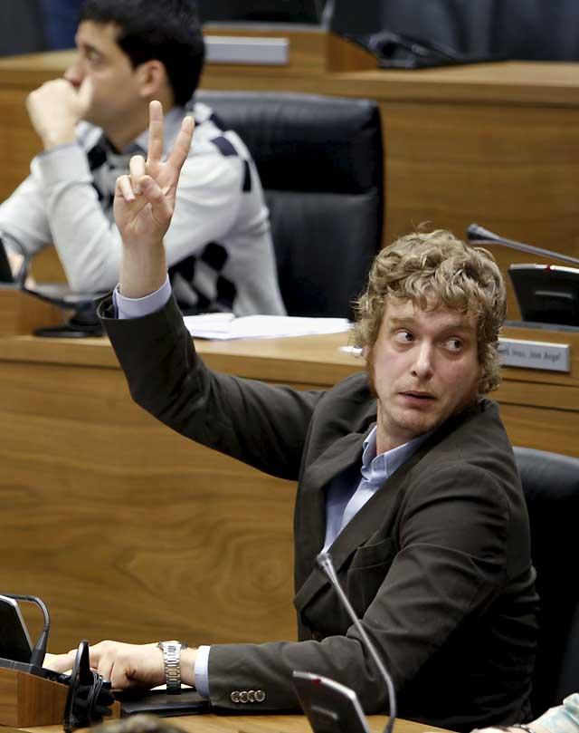 La ausencia de Txentxo Jiménez impide que prospere la modificación de la Ley del Euskera