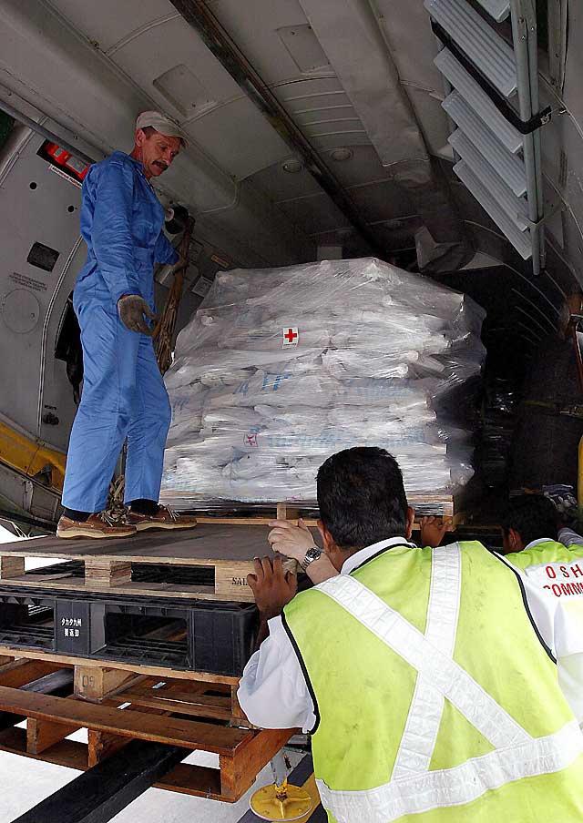 """Aterriza en Rangún el primer avión con ayuda humanitaria para los afectados por el """"Nargis"""""""