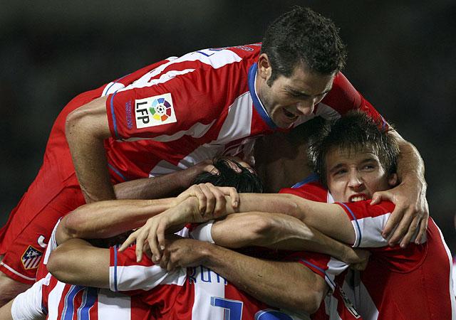 El Atlético se acerca a la 'Champions' ante un Espanyol desahuciado (0-2)