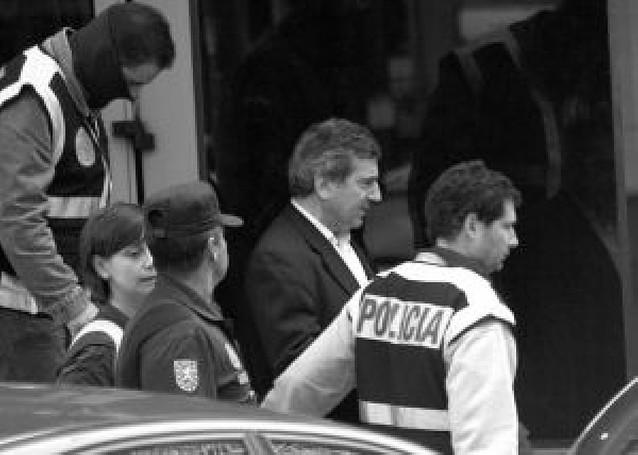 El jefe de la policía de Coslada guardaba en casa dinero de las extorsiones y armas