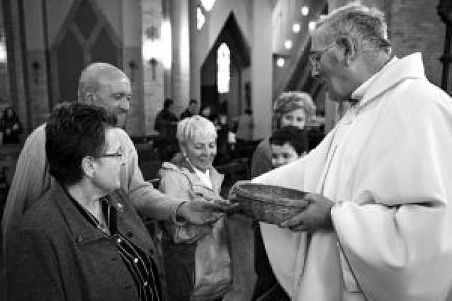 400 cofrades del Puy reciben un pin con la imagen de la patrona