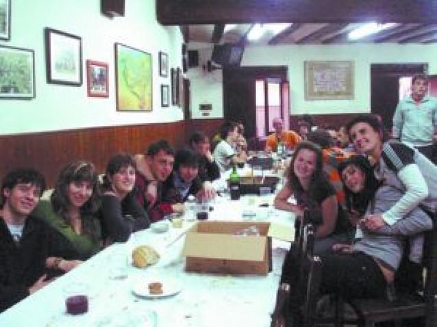 La comida del Día Joven de la peña Beterri reúne a 30 personas
