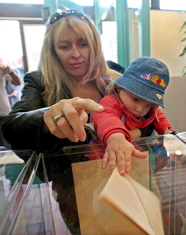 Baja participación en Serbia en las decisivas elecciones legislativas