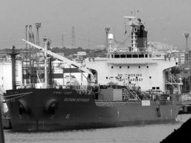 Hoy atracará el primer barco con agua para la Ciudad Condal