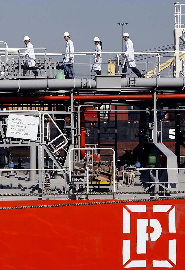 El primer barco con agua desde Tarragona atraca en el Puerto de Barcelona