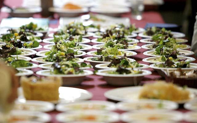 Un grupo de cocineros conoce en la Ribera de Navarra la recolección del espárrago fresco