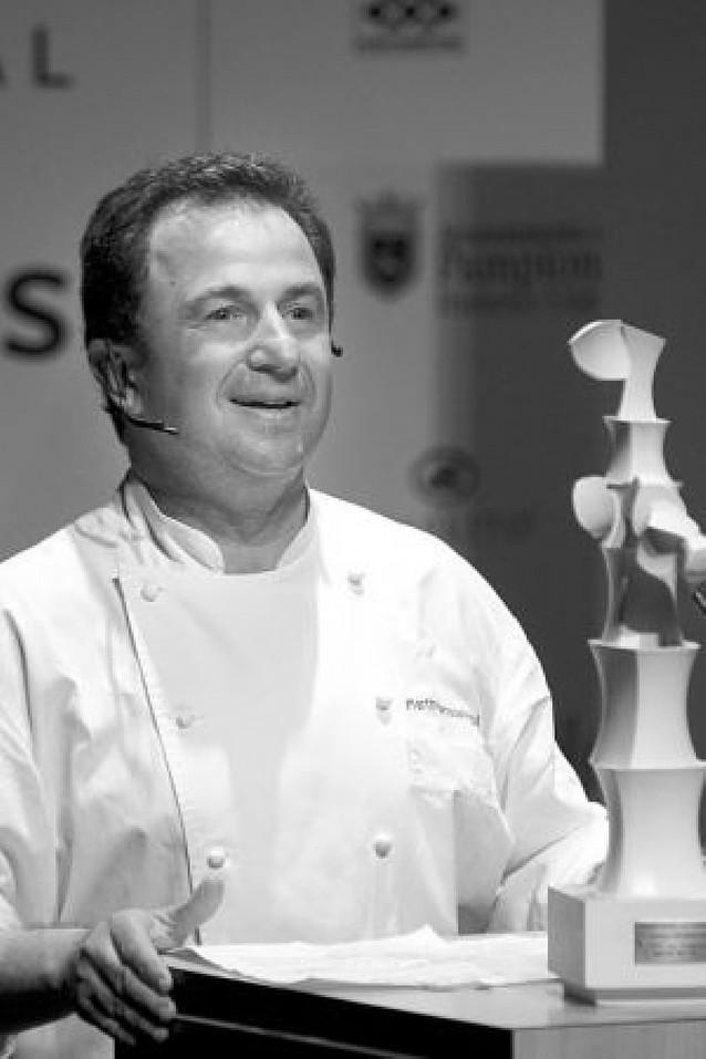 El cocinero Martín Berasategui recibe emocionado el premio Reyno de Navarra
