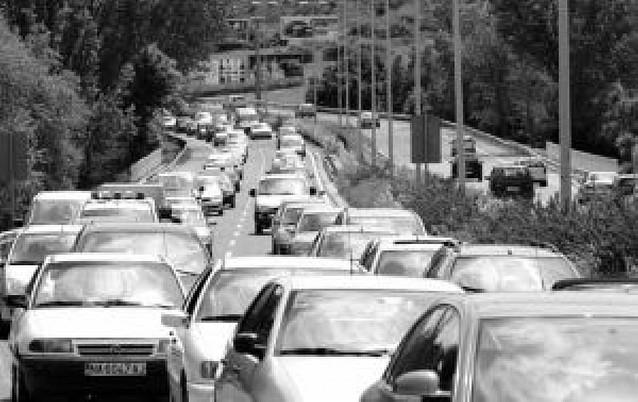 Tráfico fluido y retenciones en horas punta en el primer día de cortes en la avenida Zaragoza