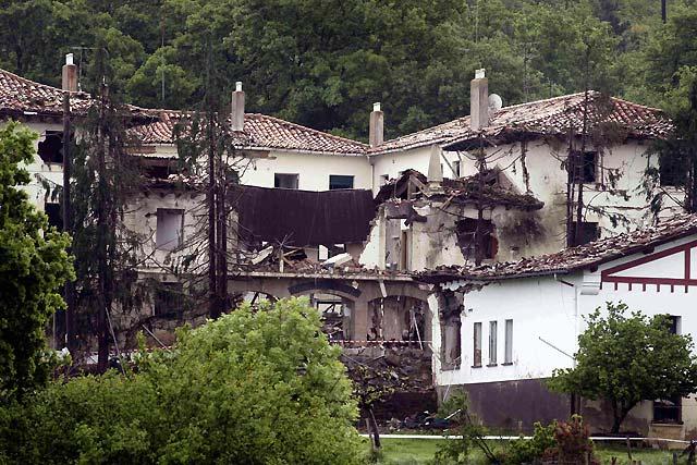 ETA asesina a un guardia civil y hiere a otros cuatro con un coche bomba ante la casa cuartel de Legutiano (Álava)