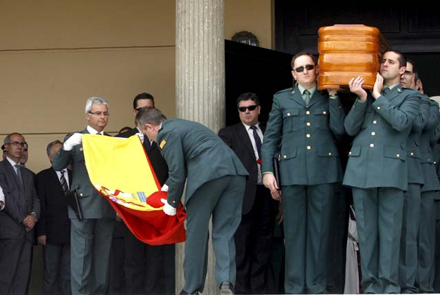 Ertzainas y guardias civiles rinden juntos un homenaje al agente asesinado