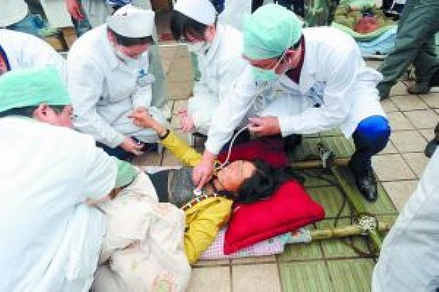 Los equipos de rescate luchan contra reloj para salvar vidas entre las ruinas