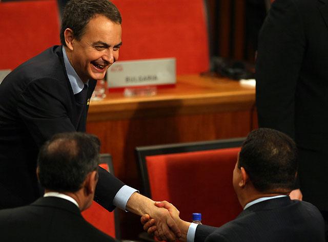 Zapatero y Chávez mantienen una breve charla al inicio de la V Cumbre América Latina-Caribe-UE