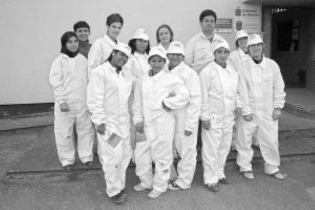 Trece mujeres realizan un curso de pintura industrial en la escuela taller