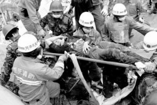 Rescatadas 17 personas con vida después de más de 100 horas bajo los escombros