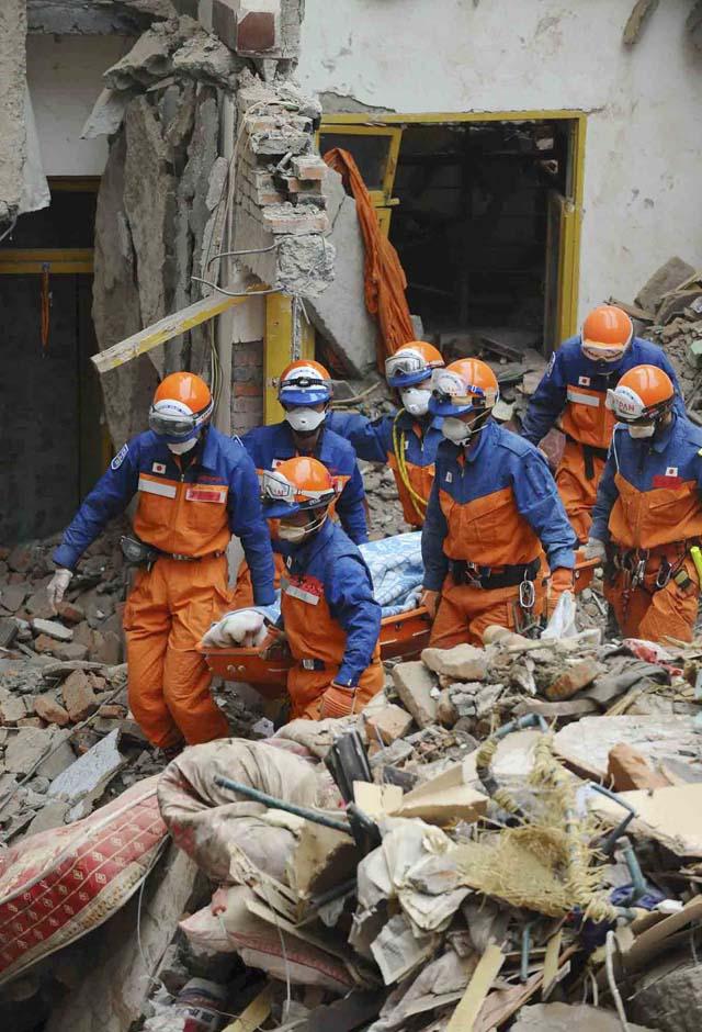 Rescatado con vida un turista alemán tras permanecer 114 horas bajo los escombros