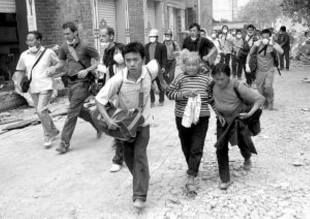 Los habitantes de Beichuan huyen ante la alarma de una gran inundación