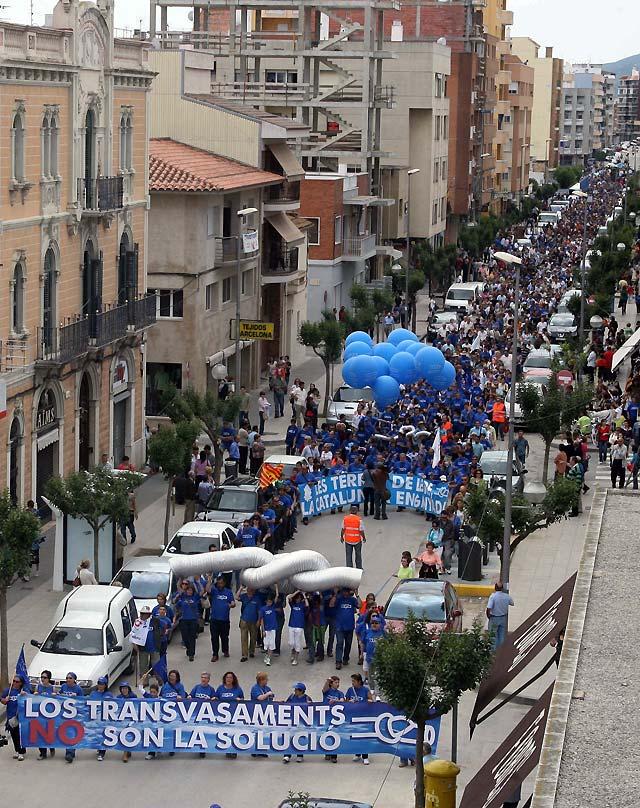 Miles de personas se manifiestan en Amposta (Tarragona) en contra del minitrasvase del Ebro